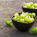 Świezi zieleni agresty w ceramicznym pucharze na ciemnym tle Odgórny widok Zdjęcie Royalty Free
