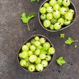 Świezi zieleni agresty w ceramicznym pucharze na ciemnym tle Odgórny widok Obrazy Royalty Free