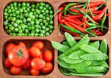 Świezi zieleni grochy, pomidor i chili, Zdjęcie Stock