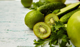 świezi zieleni warzywa i owoc zdjęcie stock