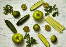 świezi zieleni warzywa i owoc zdjęcia royalty free