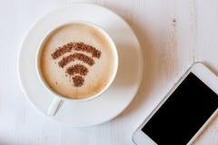 WiFi标志由桂香粉末制成当咖啡装饰在杯子热奶咖啡 免版税库存图片