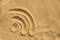 在海滩的WiFi标志 免版税库存图片
