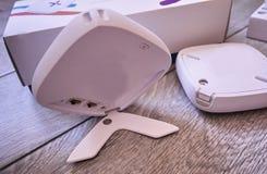 WiFi-adapter voor huis in een mooi binnenland Gebruikt om Internet thuis te verdelen royalty-vrije stock foto's