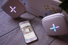 WiFi-adapter voor huis in een mooi binnenland Gebruikt om Internet thuis te verdelen royalty-vrije stock foto