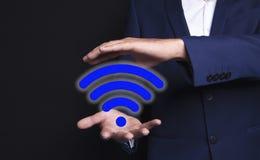 Wifi dans les mains d'un homme d'affaires images stock
