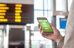 Wifi dell'aeroporto Collegamento a Internet senza fili libero in terminale Fotografie Stock Libere da Diritti