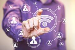 Wifi dell'uomo d'affari dell'interfaccia di rete sociale online Fotografia Stock Libera da Diritti