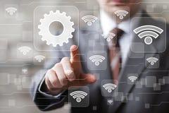 WiFi-Geschäftsmann des Sozialen Netzes bedrängt Knopfnetz-Technikikone stockbild
