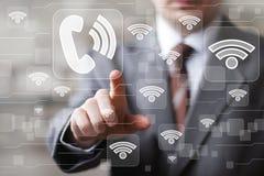 Wifi-Geschäftsmann des Sozialen Netzes bedrängt Netzknopf-Zeichentelefon Stockfoto