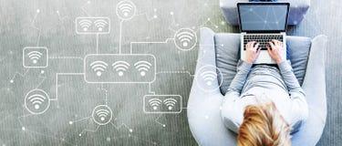 WiFi met de mens die laptop met behulp van royalty-vrije stock afbeeldingen