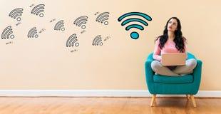 WiFi met vrouw die laptop met behulp van Royalty-vrije Stock Fotografie
