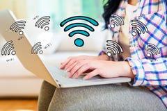 WiFi mit der Frau, die einen Laptop verwendet lizenzfreies stockbild
