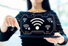 Wifi mit der Frau, die Tablette verwendet lizenzfreie stockbilder