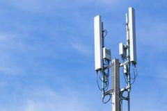 Wifi mobile d'Internet de Polonais avec le ciel bleu Images stock