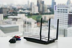 WiFi router och uppladdare Arkivfoton
