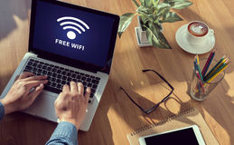 WIFI-SIGNAL-Zusammenhangkonzept: Freies wifi Bereichszeichen Lizenzfreies Stockbild