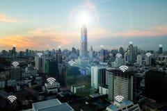 Wifi symbol och Bangkok stad med begreppet för nätverksanslutning, smäll arkivbild