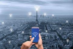 Wifi symbol och Paris stad med begrepp för nätverksanslutning, Paris arkivfoto