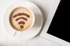 WiFi symbol som göras av kanelbrunt pulver som kaffegarnering på koppen av cappuccino Royaltyfria Bilder