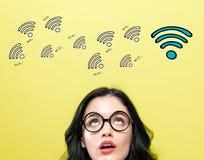WiFi-thema met jonge vrouw stock afbeeldingen