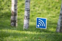 Wifi undertecknar fritt område in en parkera arkivfoto
