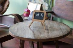 Wifi znak na drewno stołu kawiarni publicznie Zdjęcia Royalty Free