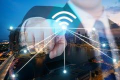 Wifipictogram van de zakenmanduw bij stad en netwerk de verbinding concep Stock Afbeelding