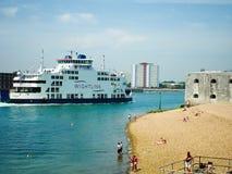 Wightlink färja som skriver in den Portsmouth hamnen Arkivbild