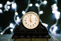 wigilii prezentów wakacje wiele ornamenty Rocznik zegarowa i świąteczna olśniewająca girlanda żarówki obraz stock
