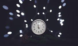 wigilii prezentów wakacje wiele ornamenty Rocznik zegarowa i świąteczna olśniewająca girlanda żarówki fotografia royalty free