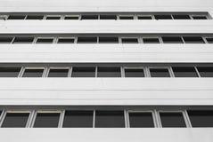 Wihite Gebäude mit Fenstern Lizenzfreie Stockfotografie