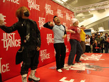 οι άνθρωποι χορού ακριβώς παίζουν το σκηνικό wii Στοκ Φωτογραφίες
