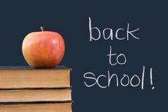 书面的wiith的苹果回到黑板学校 免版税图库摄影
