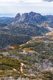 Wijąca droga gruntowa i niewygładzone falezy przy góra obywatela Bawolim Pa Obrazy Stock