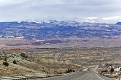 Wijąca droga w górę gór Zdjęcie Royalty Free
