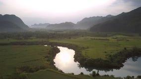 Wijąca rzeka odbija zielonych drzewa przeciw leśnym wzgórzom zbiory wideo