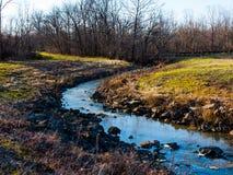 Wijąca rzeka przez szerokiego pustkowia zdjęcie royalty free