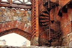 Wijący ślimakowaty schody używać jako pożarnicza ucieczka w starym gothic bri obraz stock