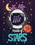 Wij allen worden gemaakt van sterren, ontwerp van de typografie het moderne affiche met astronautenhelm en nachthemel royalty-vrije illustratie