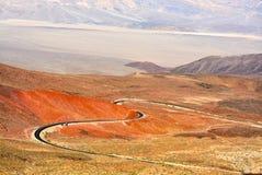 Wijąca droga przez coloured pustynia krajobrazu Obrazy Royalty Free
