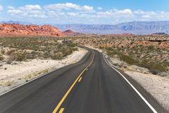 Wijąca droga w kolorowym pustynia krajobrazie Zdjęcie Stock