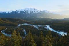 Wijąca rzeka w górzystym krajobrazie Zdjęcia Royalty Free