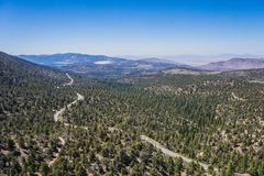 Wijące drogi przez Kalifornia pustkowia obrazy stock