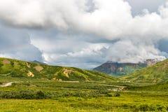 Wijącej drogi kraju tundry Wysoki krajobraz obraz stock