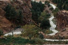 Wijącej drogi przelotnego skoz górzysty region Gruzja Obraz Royalty Free
