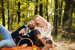 Wij houden samen de herfst van tijd Gelukkig paar die pret in de herfstpark hebben stock fotografie