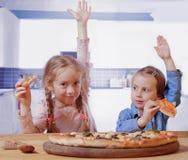 Wij houden van pizza! Leuke meisjes beste vrienden die pizza eten Het concept van het voedsel royalty-vrije stock fotografie