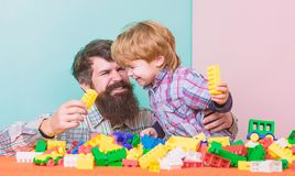 Wij houden van samen doorbrengend tijd kleine jongen met papa die samen spelen Gelukkige familievrije tijd de bouw met aannemer stock foto's