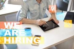 Wij huren tekst op het virtuele scherm rekrutering U Personeelsbeheer Bedrijfs concept Royalty-vrije Stock Foto